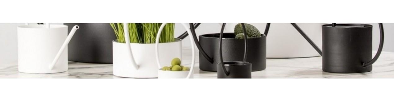 Descubra nossos vasos de metal de design das principais marcas europeias: XL Boom, Dôme deco