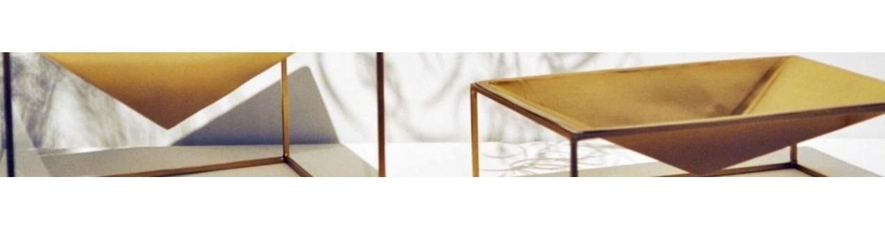 Découvrez nos vide-poches design en laiton, cuivre ou marbre de grandes marques européennes : Versmissen et V_Lab avec Maami Home, XL Boom